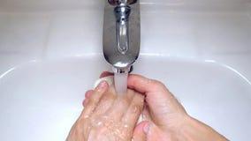 Πλύση των χεριών με το σαπούνι κάτω από το τρεχούμενο νερό απόθεμα βίντεο