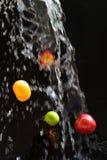 Πλύση φρούτων (καθαρισμός) Στοκ εικόνες με δικαίωμα ελεύθερης χρήσης
