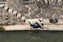 Πλύσιμο από την όχθη ποταμού Στοκ φωτογραφία με δικαίωμα ελεύθερης χρήσης