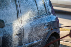 Πλύσιμο αυτοκινήτων με τον αφρό στο σταθμό πλυσίματος αυτοκινήτων Στοκ Εικόνες
