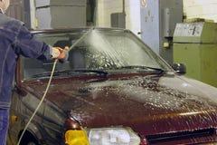 Πλύσιμο αυτοκινήτων με το σαμπουάν στο δωμάτιο Στοκ Εικόνα