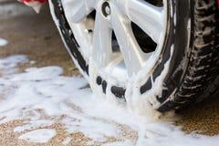 Πλύσιμο αυτοκινήτων με το σαπούνι, καθαρισμός αυτοκινήτων Στοκ εικόνα με δικαίωμα ελεύθερης χρήσης