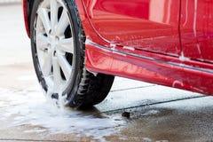 Πλύσιμο αυτοκινήτων με το σαπούνι, καθαρισμός αυτοκινήτων Στοκ φωτογραφία με δικαίωμα ελεύθερης χρήσης