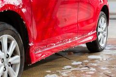 Πλύσιμο αυτοκινήτων με το σαπούνι, καθαρισμός αυτοκινήτων Στοκ εικόνες με δικαίωμα ελεύθερης χρήσης