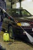 Πλύσιμο αυτοκινήτων μη-επαφών που χρησιμοποιεί το υψηλό νερό Στοκ φωτογραφία με δικαίωμα ελεύθερης χρήσης