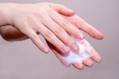 Πλύσιμο γυναικών των χεριών με το σαπούνι Στοκ φωτογραφία με δικαίωμα ελεύθερης χρήσης