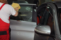 Πλύσιμο και καθαρισμός του αυτοκινήτου και των εξαρτημάτων του Στοκ φωτογραφία με δικαίωμα ελεύθερης χρήσης