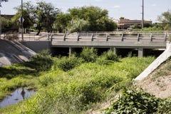 Πλύσιμο με μια γέφυρα και τους καλάμους στην πόλη του Tucson Αριζόνα Στοκ Εικόνες