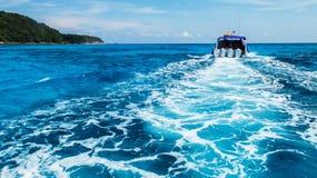Πλύσιμο στηριγμάτων ιχνών βαρκών στη σαφή μπλε ωκεάνια θάλασσα από πίσω της μαλακής λέμβου ταχύτητας εστίασης Στοκ φωτογραφία με δικαίωμα ελεύθερης χρήσης
