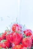 Πλύσιμο των φρέσκων φραουλών κάτω από το τρεχούμενο νερό Στοκ φωτογραφία με δικαίωμα ελεύθερης χρήσης
