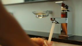 Πλύσιμο χεριών στο νεροχύτη νερού φιλμ μικρού μήκους