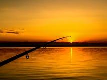Ράβδος αλιείας ψαράδων στο ηλιοβασίλεμα Στοκ φωτογραφία με δικαίωμα ελεύθερης χρήσης