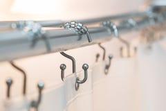 Ράβδος και δαχτυλίδια κουρτινών ντους με βινυλίου διαφανή στοκ φωτογραφία με δικαίωμα ελεύθερης χρήσης