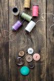 ράβοντας δακτυλήθρα βελόνων εξαρτήσεων βαμβακιού Ψαλίδι και μασούρια με το νήμα Στοκ φωτογραφίες με δικαίωμα ελεύθερης χρήσης