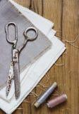 ράβοντας δακτυλήθρα βελόνων εξαρτήσεων βαμβακιού Ψαλίδι, μασούρια με το νήμα και Στοκ εικόνες με δικαίωμα ελεύθερης χρήσης