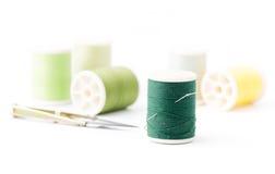 Ράβοντας βελόνα στο πράσινο νήμα Στοκ εικόνες με δικαίωμα ελεύθερης χρήσης