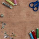Ράβοντας εξάρτηση: πολύχρωμο νήμα, δακτυλήθρα, ψαλίδι σε ένα ύφασμα λινού Στοκ φωτογραφία με δικαίωμα ελεύθερης χρήσης