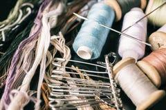 Ράβοντας εξαρτήματα: νήματα, νήμα, βελόνες, καρφίτσες Στοκ εικόνα με δικαίωμα ελεύθερης χρήσης