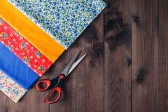 Ράβοντας εργαλεία και ράβοντας εξάρτηση στο ξύλινο κατασκευασμένο υπόβαθρο Στοκ φωτογραφία με δικαίωμα ελεύθερης χρήσης