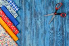 Ράβοντας εργαλεία και ράβοντας εξάρτηση στο ξύλινο κατασκευασμένο υπόβαθρο Στοκ φωτογραφίες με δικαίωμα ελεύθερης χρήσης
