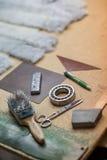 Ράβοντας εργαλεία στο εργαστήριο Στοκ εικόνες με δικαίωμα ελεύθερης χρήσης
