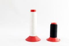 Ράβοντας εργαλεία, ψαλίδι, νήμα, κουμπιά που απομονώνονται στη λευκιά ΤΣΕ Στοκ εικόνες με δικαίωμα ελεύθερης χρήσης