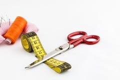 Ράβοντας εργαλεία, ψαλίδι, νήμα, κουμπιά που απομονώνονται στη λευκιά ΤΣΕ Στοκ Εικόνα