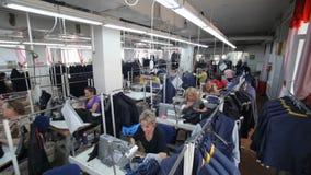 Ράβοντας εργοστάσιο Βιομηχανία ιματισμού Ράψιμο του εξωτερικού ιματισμού απόθεμα βίντεο