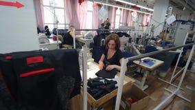 Ράβοντας εργοστάσιο Βιομηχανία ιματισμού Ράψιμο του εξωτερικού ιματισμού φιλμ μικρού μήκους