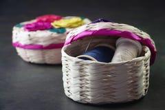 Ράβοντας καλάθια handcraft της Πόλης του Μεξικού με πολλά χρώματα στοκ εικόνες