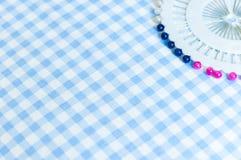 Ράβοντας καρφίτσες ώθησης και υπόβαθρο υφάσματος μαξιλαριών καρφιτσών Στοκ εικόνες με δικαίωμα ελεύθερης χρήσης