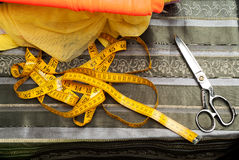 Ράβοντας κλωστοϋφαντουργικό προϊόν ή ύφασμα Πίνακας εργασίας ενός ράφτη Υφαντικά εργαλεία Ψαλίδι, που μετρά τις ταινίες Τοπ όψη δ Στοκ εικόνα με δικαίωμα ελεύθερης χρήσης