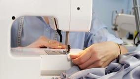Ράβοντας μηχανή και μοδίστρα στη διαδικασία εργασίας Ράβοντας επιχείρηση ραπτική απόθεμα βίντεο