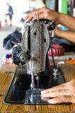 Ράβοντας μηχανή και χέρι Στοκ εικόνα με δικαίωμα ελεύθερης χρήσης