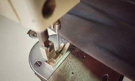 ράβοντας μηχανή κινηματογραφήσεων σε πρώτο πλάνο Στοκ Φωτογραφία