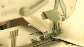 Ράβοντας μηχανή κοντά επάνω, γυναίκα που εργάζεται σε μια ράβοντας μηχανή, ο needlewoman πίσω από τη ράβοντας μηχανή, ράψιμο βελό απόθεμα βίντεο