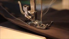 Ράβοντας μηχανή κοντά επάνω στο γρήγορο ρυθμό φιλμ μικρού μήκους