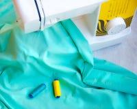 Ράβοντας μηχανή με πολλά ράβοντας εργαλεία Στοκ εικόνα με δικαίωμα ελεύθερης χρήσης