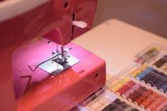 Ράβοντας μηχανή με τα χρωματισμένα νήματα στοκ φωτογραφία με δικαίωμα ελεύθερης χρήσης
