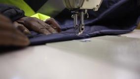 Ράβοντας μηχανή που κεντά ένα στοιχείο του ιματισμού απόθεμα βίντεο