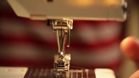 Ράβοντας μηχανή χεριών κοντά επάνω φιλμ μικρού μήκους