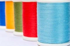 Ράβοντας νήματα πολύχρωμα Στοκ φωτογραφία με δικαίωμα ελεύθερης χρήσης