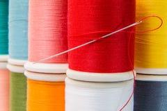 Ράβοντας νήματα πολύχρωμα Στοκ εικόνα με δικαίωμα ελεύθερης χρήσης