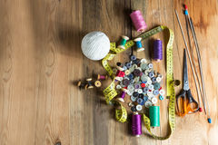 Ράβοντας προμήθειες, στροφία του νήματος, κουμπιά, ψαλίδι, μέτρηση Στοκ Εικόνα