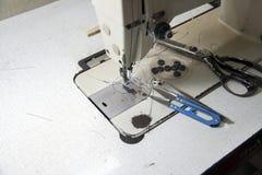 Ράβοντας τα εξαρτήματα στη ράβοντας μηχανή, περιλαμβάνει τις λαβίδες, το ψαλίδι, το ψαλίδι Clippers και τα κουμπιά στοκ εικόνες