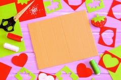Ράβοντας υπόβαθρο βιοτεχνίας Αισθητό παιχνίδι φραουλών, ψαλίδι, κόκκινα και πράσινα αισθητά φύλλα και απορρίματα, νήμα, βελόνα, σ Στοκ εικόνες με δικαίωμα ελεύθερης χρήσης