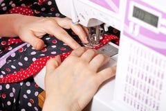 Ράβοντας φόρεμα στη μηχανή Στοκ Εικόνες