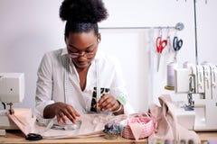 Ράβοντας ύφασμα με τη βελόνα seamstress στον εργασιακό χώρο στοκ φωτογραφίες με δικαίωμα ελεύθερης χρήσης