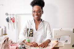 Ράβοντας ύφασμα με τη βελόνα seamstress στον εργασιακό χώρο στοκ εικόνες με δικαίωμα ελεύθερης χρήσης