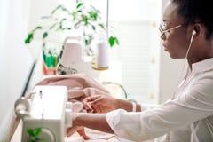 Ράβοντας ύφασμα με τη βελόνα seamstress στον εργασιακό χώρο στοκ φωτογραφίες
